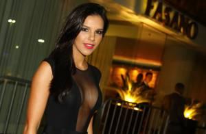 Mariana Rios esbanja sensualidade e deixa parte dos seios à mostra em jantar