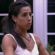 Juliana gesticulou imitando o comportamento de Paula Fernandes com pessoas que querem abraçá-la