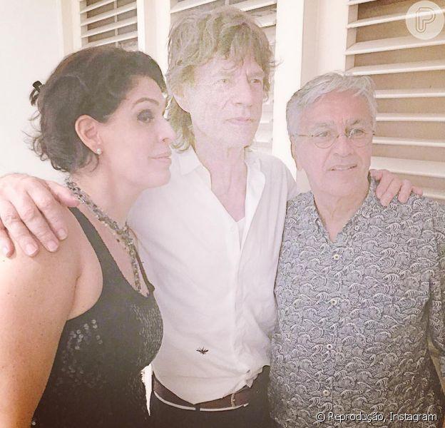 Caetano Veloso e Paula Lavigne tietam Mick Jagger no Rio, nesta quarta-feira, 17 de fevereiro de 2016