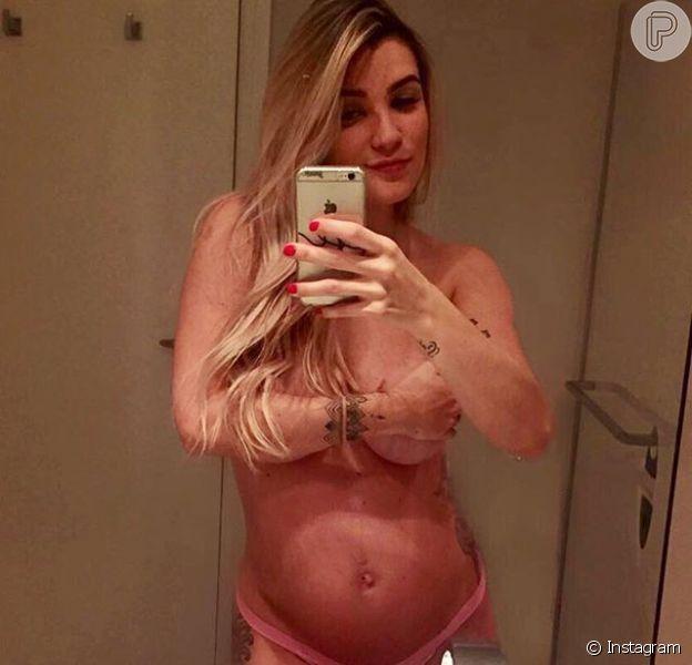 Aline Gotschalg publicou um clique em seu perfil no Instagram exibindo a barriguinha de grávida, nesta quinta-feira, 18 de fevereiro de 2016