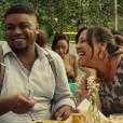 No filme 'Apaixonados', a vendedora de cerveja Uítinei (Evelyn Castro) se apaixona por Scott (Danilo de Moura), um gringo que não gosta de Carnaval e tenta ir embora do Brasil durante a folia