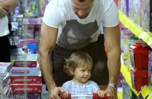 Malvino Salvador brinca com a filha, Ayra, em loja de shopping no Rio de Janeiro