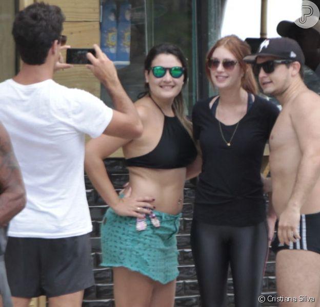 Namorado de Marina Ruy Barbosa faz foto da atriz com fãs na orla da praia