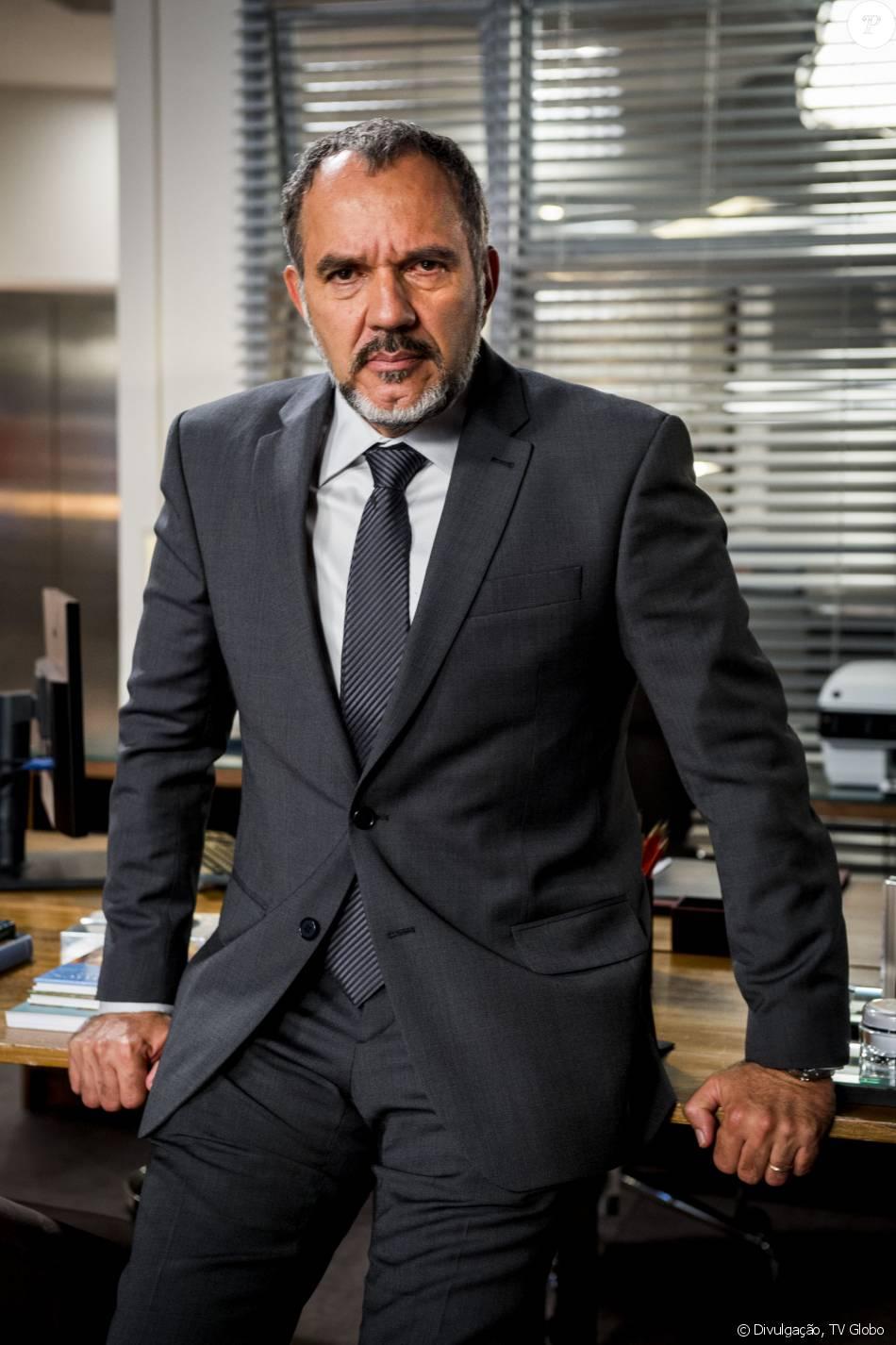 Germano (Humberto Martins) fica desnorteado ao saber que Eliza (Marina Ruy Barbosa) pode ser sua filha na novela 'Totalmente Demais'
