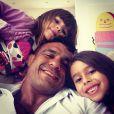 Vitor Belfort posa com as filhas, Vitoria e Kyara