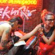 Natallia Rodrigues faz tatuagem no Rock in Rio