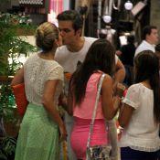Flávia Alessandra beija Otaviano Costa em passeio com Giulia em shopping do Rio