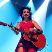Paula Fernandes é traída por vestido e mostra demais em show no RJ