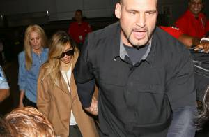 Kim Kardashian precisa do auxílio de seguranças após desembarcar nos EUA