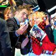 Robert Pattinson posa com fã