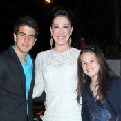 Claudia Raia e os filhos vão a bodas de ouro de Tarcísio Meira e Glória Menezes