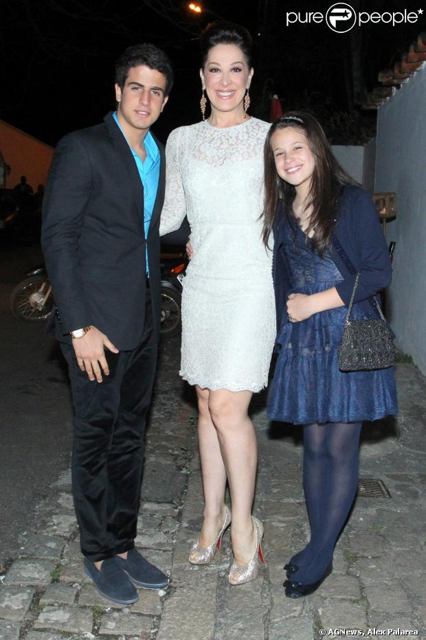 Claudia Raia vai com Sophia e Enzo Motta a bodas de ouro de Tarcísio Meira e Glória Menezes, no Joá, na Zona Oeste do Rio, neste sábado, 5 de outubro de 2013