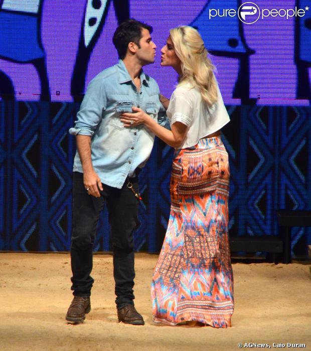 Bruno Gagliasso e Giovana Ewbank desfilam no Maringá Fashion Mix no Paraná, em 6 de outubro de 2013