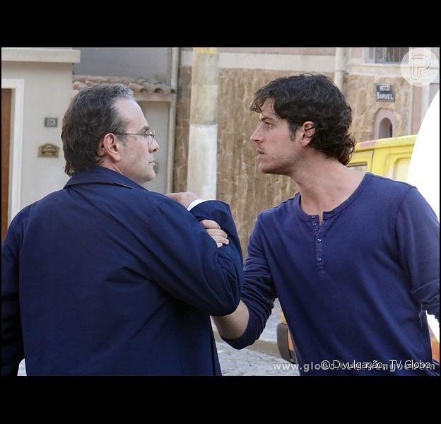 Bento (Marco Pigossi) e Wilson (Marco Ricca) se surpreendem ao saber que são pai e filho, em 'Sangue Bom'