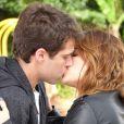 Malu (Fernanda Vasconcellos) vai atrás de Maurício (Jayme Matarazzp) e os dois se beijam, em 'Sangue Bom'
