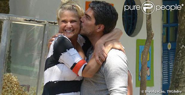 Junno, namorado de Xuxa, acompanha a namorada na comemoração dos 24 anos de sua fundação. O casal trocou beijos e carinhos durante o evento