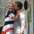 Xuxa e seu namorado, Junno Andrade, trocaram carinhos durante festa de sua fundação, nesta sexta-feira, 11 de outubro de 2013