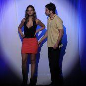Milena Toscano, de minissaia e decote, apresenta relação conturbada no teatro