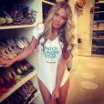 Adriane Galisteu posou com com a camisa da campanha em seu closet