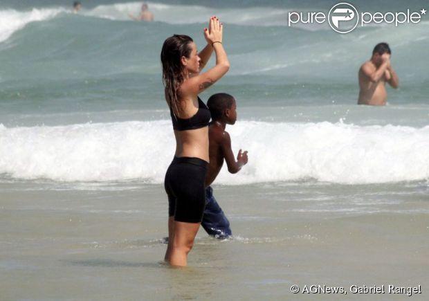 A atriz Juliana Didone meditou na tarde desta segunda-feira (24), na praia da Barra da Tijuca, no Rio