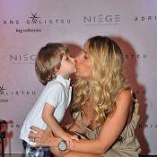 Adriane Galisteu usa vestido decotado e quase mostra demais ao posar com o filho