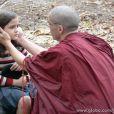 Sonan (Caio Blat) encontra Pérola (Mel Maia), a reencarnação de Ananda Rinpoche (Nelson Xavier), seu líder espiritual em 'Joia Rara'