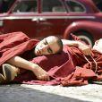 No Rio de Janeiro, Sonan (Caio Blat) e seus companheiros monges dormem na rua, em cena de 'Joia Rara'
