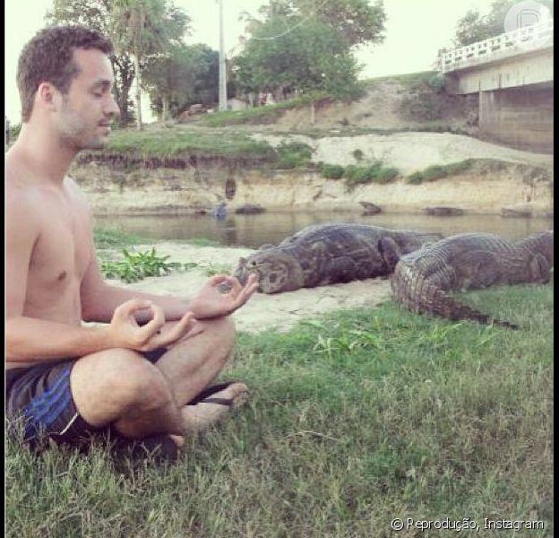 Rodrigo Andrade postou em seu Instagram nesta sexta-feira, 25 de outubro de 2013, uma foto de uma antiga viagem ao Pantanal onde aparece meditando ao lado de dois jacarés