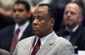 Médico condenado pela morte de Michael Jackson deixa prisão após dois anos