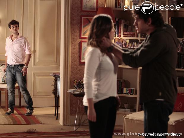 Maurício (Jayme Maratazzo) flagra Bento (Marco Pigossi) se declarando para Malu (Fernanda Vasconcellos) os últimos capítulos de 'Sangue Bom'