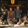 Fabinho (Humberto Carrão) e seu pai, Plínio Campana (Herson Capri), saem da delegacia após prestarem depoimento