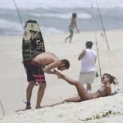 Fernanda de Freitas tem o pé beijado por namorado em dia de praia no Rio