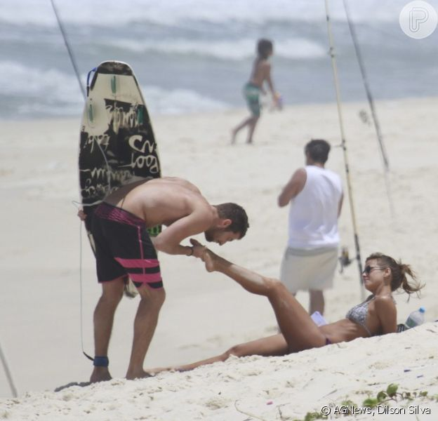 Fernanda de Freitas, a Flavinha de 'Tapas & Beijos', ganhou um beijo no pé do namorado na praia neste sábado, 2 de novembro de 2013