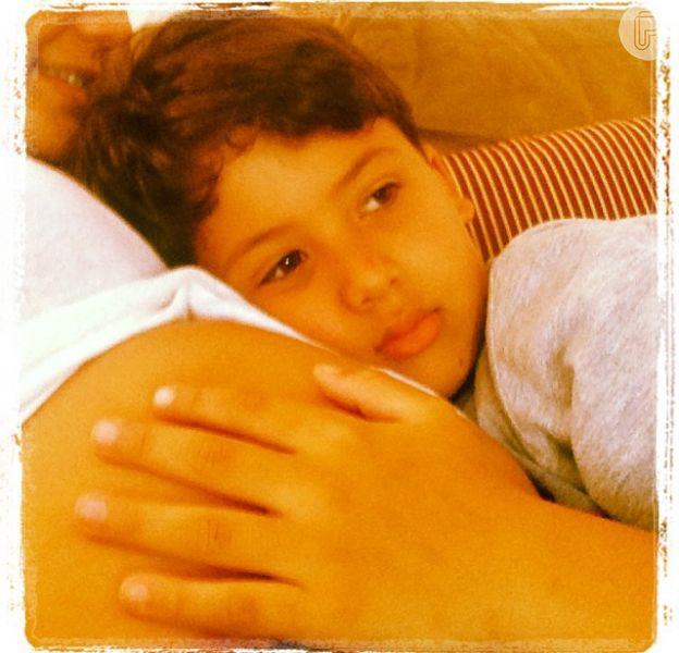 Grávida, Nivea Stelmann recebe carinho do filho, Miguel, de 9 anos