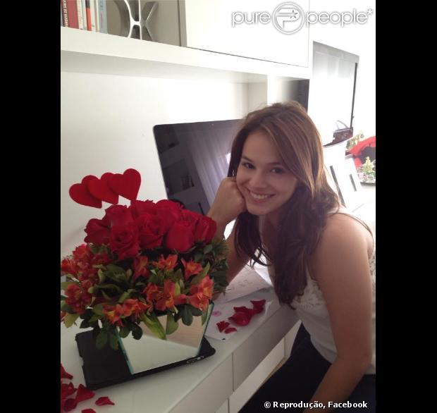 Bruna Marquezine foi recebida com flores por sua família ao voltar para o Rio no domingo, 3 de novembro de 2013. 'Feliz e completa!!!! Minha princesa em casa', escreveu Dona Neide, mãe da atriz, nas redes sociais