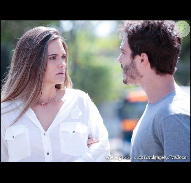 Lili (Juliana Paiva) atropela William (Thiago Rodrigues), em 'Além do Horizonte'.