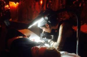 Miley Cyrus tatua o rosto de sua avó Loretta Finley no braço direito