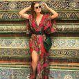 Marina Ruy Barbosa usa vestido estampado Tigresse de R$ 945 para visitar um templo budista na Tailândia