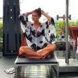 Marina Ruy Barbosa curtiu momento de relax na Tailândia com bata branca com detalhes em renda preta, da Skazi, sandálias rasteiras Hermès e bolsa Chanel
