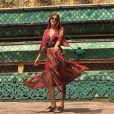 Marina Ruy Barbosa apostou em vestido estampado da Tigresse para visitar um templo budista na Tailândia. A peça está esgotada no site da marca, mas é vendida, na promoção, por R$ 945