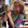 Marina Ruy Barbosa posou com um Lóris, espécie em extinção na Tailândia