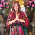 Para visitar um templo budista na Tailândia, Marina Ruy Barbosa usa vestido estampado Tigresse de R$ 945 combinado a cinto em camurça verde com ilhós e tiras transpassando ao longo da peça, e fecho com dois pinos em ouro envelhecido e 4 furos de regulagem, da marca Iorane, vendido a R$ 244,50