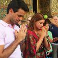 Marina Ruy Barbosa e o namorado, Xandinho Negrão, receberam bênção de um monge em templo budista na Tailândia