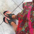 Marina Ruy Barbosa combinou vestido estampado a sandálias rasteiras com pedrarias, de R$ 180, da marca A Sapatilha, para visita a templo budista, na Tailândia, com o namorado, Xandinho Negrão