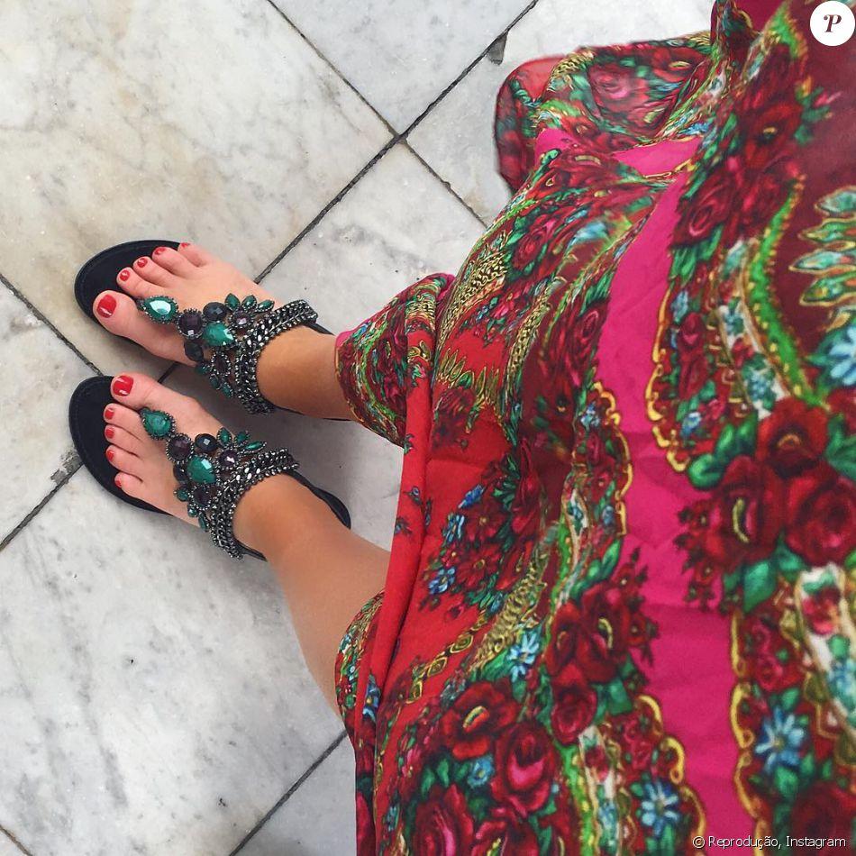 a3de8937ed Marina Ruy Barbosa combinou vestido estampado a sandálias rasteiras com  pedrarias