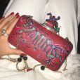 Para compor o look, Marina Ruy Barbosa apostou em clutch Olivia Tabet, feita à mão e vendida por R$ 750, e anel Antonio Bernardo, em ouro 18k e quartzo incolor, avaliado em R$ 6.900