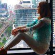 Marina Ruy Barbosa posa sentada no parapeito de uma janela do St. Regis Bangkok, onde está hospedada com o namorado, Xandinho Negrão, na Tailândia. As diárias do hotel cinco estrelas, localizado na capital Bangkok, podem chegar a R$ 2.304