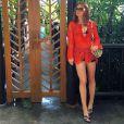Marina Ruy Barbosa combinou túnica com sandálias rasteiras coloridas da Hèrmes e bolsa Missoni