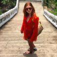 Marina Ruy Barbosa posa com túnica Resort Couture de renda guipir laranja, vendida por R$ 670, sandálias rasteiras coloridas da Hermès, vendidas a US$710, o equivalente a R$ 2.388, e bolsa Missoni para passeio na Tailândia