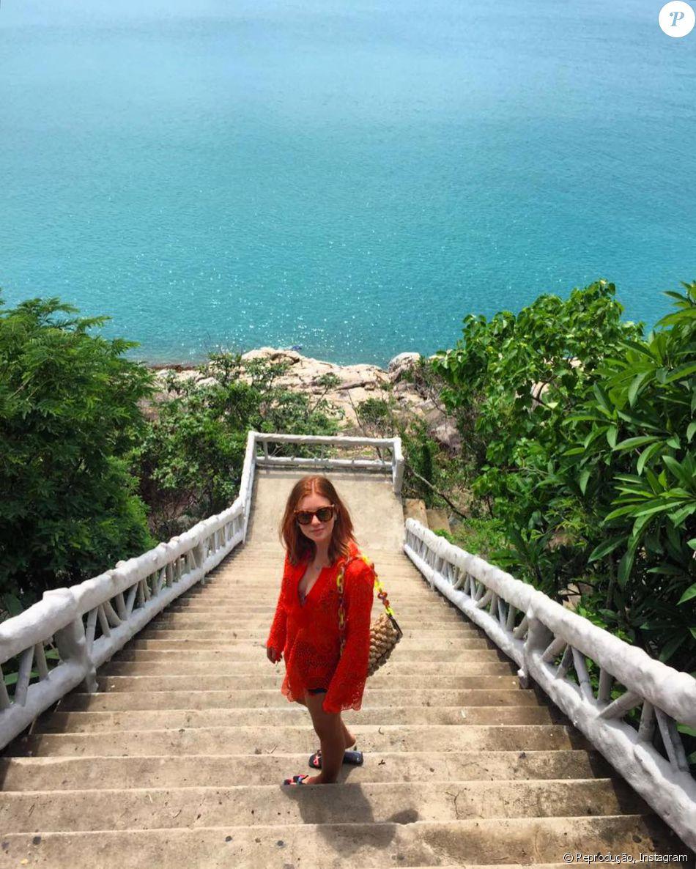 24689d5493 Marina Ruy Barbosa posa com túnica Resort Couture de renda guipir laranja